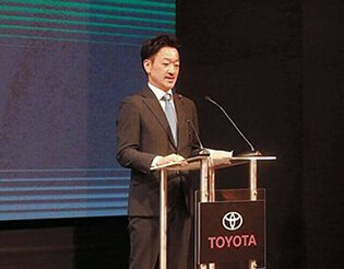 El señor Daisuke Hori parado sobre un estrado recibiendo su cargo como nuevo presidente de toyota peru