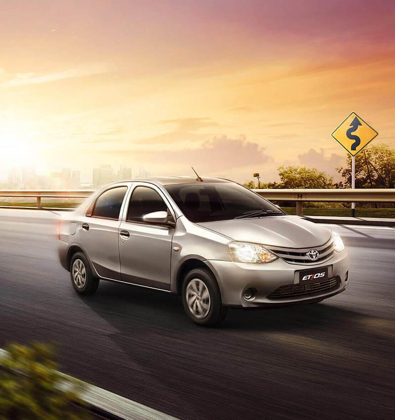 Cotiza un Automovil Toyota etios color gris plata fotografia del desempeño en carretera