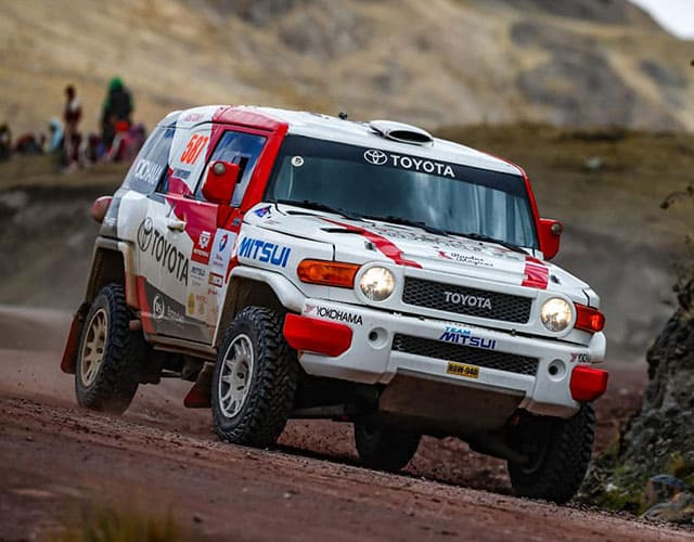 ¿Cuáles son las especificaciones técnicas de una camioneta de rally?