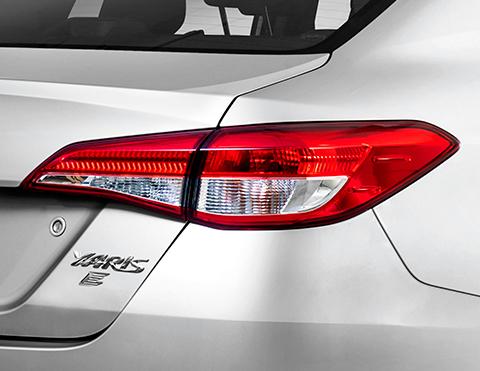 Luces halógenas del nuevo auto sedan Toyota Yaris
