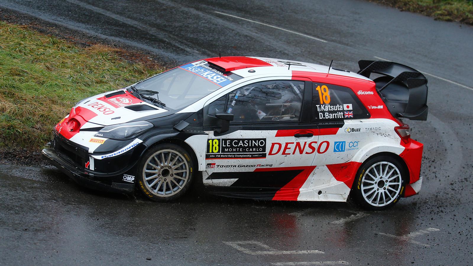 Sébastien Ogier y el nuevo auto Yaris WRC en el Rally Montecarlo 2021.