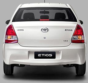 Vista posterior Toyota Etios blanco